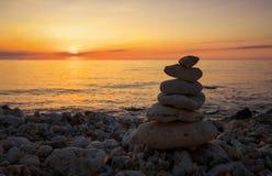 Πυραμίδα των μικρών χαλικιών στην παραλία Στοκ φωτογραφία με δικαίωμα ελεύθερης χρήσης