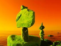 Πυραμίδα των πετρών στα πλαίσια του τοπίου θάλασσας στους υπερρεαλιστικούς τόνους Στοκ Φωτογραφίες