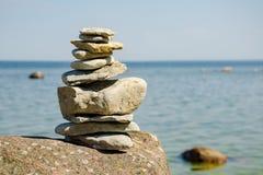 Πυραμίδα των πετρών στην ακτή της μπλε θάλασσας Στοκ φωτογραφία με δικαίωμα ελεύθερης χρήσης