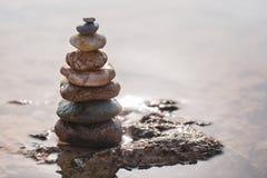 Πυραμίδα των πετρών στο seashor στοκ εικόνες με δικαίωμα ελεύθερης χρήσης