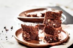 πυραμίδα των πρόσφατα έτοιμων εγχώριων φρέσκων brownies με τα καρύδια και τα σύκα, σε ένα μαύρο υπόβαθρο στοκ φωτογραφία