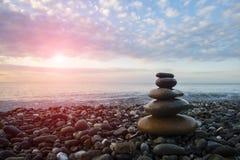 Πυραμίδα των χαλικιών στην παραλία ενάντια στη θάλασσα Στοκ φωτογραφία με δικαίωμα ελεύθερης χρήσης