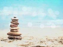 Πυραμίδα χαλικιών στη θερινή παραλία Στοκ φωτογραφία με δικαίωμα ελεύθερης χρήσης