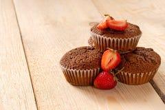 Πυραμίδα muffins με τις φρέσκες φράουλες στοκ εικόνες