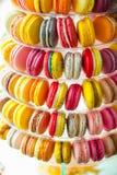 Πυραμίδα από τα πολύχρωμα μπισκότα σάντουιτς Στοκ Εικόνα