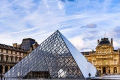 Πυραμίδα γυαλιού και μουσείο του Λούβρου στοκ φωτογραφίες με δικαίωμα ελεύθερης χρήσης