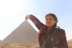 Πυραμίδα και γυναίκα στοκ εικόνες