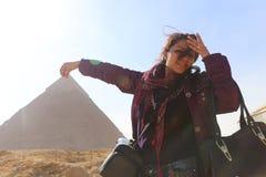 Πυραμίδα και γυναίκα στοκ φωτογραφία με δικαίωμα ελεύθερης χρήσης