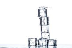 Πυραμίδα κύβων πάγου με το spalsh Στοκ Φωτογραφίες