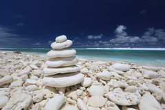 Πυραμίδα πετρών κοραλλιών στην παραλία Στοκ φωτογραφία με δικαίωμα ελεύθερης χρήσης