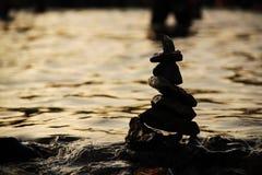 Πυραμίδα πετρών στο νερό που συμβολίζει zen, αρμονία, υπόβαθρο Στοκ φωτογραφία με δικαίωμα ελεύθερης χρήσης