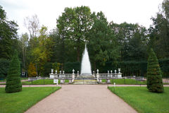 Πυραμίδα πηγών σε Peterhof Πετρούπολη Άγιος Στοκ Εικόνα