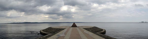 Πυραμίδα στην αποβάθρα λιμνών Onego την άνοιξη Στοκ φωτογραφίες με δικαίωμα ελεύθερης χρήσης