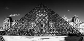 Πυραμίδα στο Λούβρο σε γραπτό Στοκ Εικόνα
