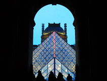 Πυραμίδα του Λούβρου στο σούρουπο στοκ φωτογραφία με δικαίωμα ελεύθερης χρήσης