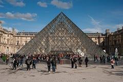 Πυραμίδα του μουσείου του Λούβρου στοκ εικόνα με δικαίωμα ελεύθερης χρήσης