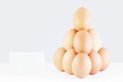 Πυραμίδα των κόκκινων αυγών με μια τιμή Στοκ εικόνες με δικαίωμα ελεύθερης χρήσης