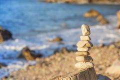 Πυραμίδα των χαλικιών στην παραλία Στοκ Εικόνες