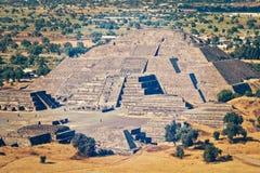 πυραμίδα φεγγαριών teotihuacan πίσω από το μικρότερο ήλιο βημάτων πυραμίδων του Μεξικού απόστασης teotihuacan Στοκ Εικόνες
