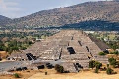πυραμίδα φεγγαριών teotihuacan πίσω από το μικρότερο ήλιο βημάτων πυραμίδων του Μεξικού απόστασης teotihuacan Στοκ Φωτογραφία