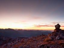 Πυραμίδα χαλικιών Πέτρες στην κορυφή βουνών αμμοχάλικου Apine Ορίζοντας χαραυγών Στοκ Φωτογραφίες