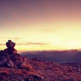 Πυραμίδα χαλικιών Πέτρες στην κορυφή βουνών αμμοχάλικου Apine Ορίζοντας χαραυγών Στοκ φωτογραφία με δικαίωμα ελεύθερης χρήσης