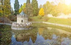 Πυργίσκος σε Bojnice, Σλοβακία, πάρκο φθινοπώρου, ακτίνες ήλιων Στοκ Εικόνες