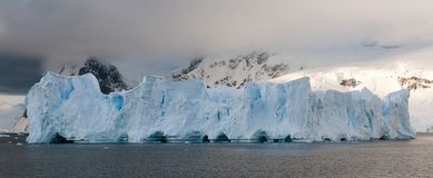 Πυργωτό συνοπτικό παγόβουνο, κόλπος Andvord, ανταρκτική χερσόνησος στοκ φωτογραφίες με δικαίωμα ελεύθερης χρήσης