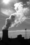 Πυρηνικός δροσίζοντας πύργος στη σκιαγραφία Στοκ Φωτογραφία