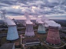 Πυρηνικός σταθμός μετά από το ηλιοβασίλεμα Τοπίο σούρουπου με τις μεγάλες καπνοδόχους στοκ φωτογραφίες