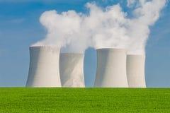 Πυρηνικός σταθμός σε Temelin που τοποθετείται πίσω από έναν πράσινο τομέα Στοκ Εικόνες
