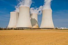 Πυρηνικός σταθμός σε Temelin που τοποθετείται πίσω από έναν τομέα Plooghed Στοκ Εικόνες