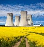 Πυρηνικός σταθμός, τομέας του συναπόσπορου και αγροτικός δρόμος Στοκ Εικόνα