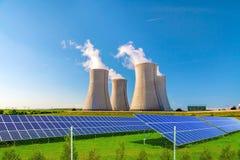 Πυρηνικός σταθμός Dukovany με τα ηλιακά πλαίσια στη Δημοκρατία της Τσεχίας Ευρώπη στοκ εικόνες με δικαίωμα ελεύθερης χρήσης