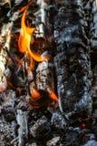 Πυρκαγιά καίγοντας ξυλάνθρακας Στοκ εικόνα με δικαίωμα ελεύθερης χρήσης