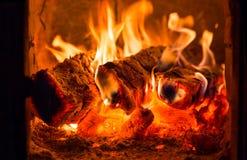 Πυρκαγιά και άνθρακες στο φούρνο εστιών στοκ φωτογραφία