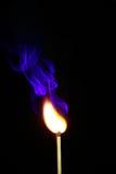 Πυρκαγιά και καπνός από την καίγοντας αντιστοιχία στοκ εικόνα