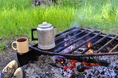 Πυρκαγιά και καφές στρατόπεδων στοκ φωτογραφία με δικαίωμα ελεύθερης χρήσης
