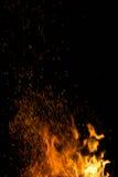 Πυρκαγιά και πορτοκαλιοί σπινθήρες Στοκ εικόνες με δικαίωμα ελεύθερης χρήσης