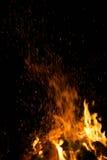 Πυρκαγιά και πορτοκαλιοί σπινθήρες Στοκ φωτογραφία με δικαίωμα ελεύθερης χρήσης