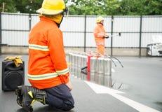 Πυρκαγιά πάλης πυροσβεστών κατά τη διάρκεια του εκπαιδευτικού ανώτερου υπαλλήλου Στοκ εικόνα με δικαίωμα ελεύθερης χρήσης