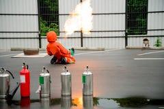 Πυρκαγιά πάλης πυροσβεστών κατά τη διάρκεια του εκπαιδευτικού ανώτερου υπαλλήλου Στοκ Εικόνες