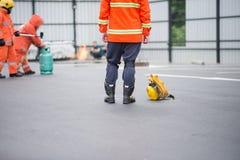 Πυρκαγιά πάλης πυροσβεστών κατά τη διάρκεια του εκπαιδευτικού ανώτερου υπαλλήλου Στοκ Φωτογραφίες