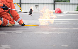 Πυρκαγιά πάλης πυροσβεστών κατά τη διάρκεια του εκπαιδευτικού ανώτερου υπαλλήλου Στοκ εικόνες με δικαίωμα ελεύθερης χρήσης