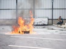 Πυρκαγιά πάλης πυροσβεστών κατά τη διάρκεια του εκπαιδευτικού ανώτερου υπαλλήλου Στοκ φωτογραφία με δικαίωμα ελεύθερης χρήσης