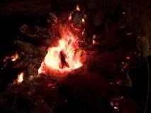 Πυρκαγιά που καίει τη νύχτα Στοκ φωτογραφία με δικαίωμα ελεύθερης χρήσης