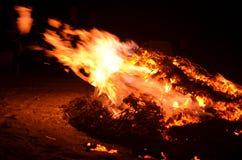 Πυρκαγιά που ρίχνει τις φλόγες Στοκ Εικόνες