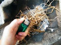 Πυρκαγιά που χρησιμοποιεί το ξηρό άχυρο ως καύσιμα Στοκ Εικόνα