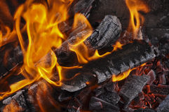 Πυρκαγιά σε μια στρατοπέδευση κατά τη στενή άποψη Στοκ Εικόνες