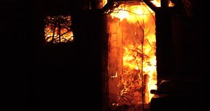 Πυρκαγιά σπιτιών με την έντονη φλόγα Πλήρως καταπιωμένη πυρκαγιά σπιτιών απόθεμα βίντεο